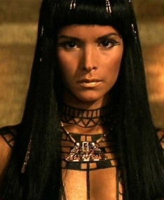 Дилогия Стивенна Сомерса потопталась на египетской культуре основательно, но в чем ей не откажешь, так это в проработке костюмов, декораций и особенно в выборе актрисы на роль роковой женщины, настоящей богини, за которую готов отдать жизнь любой фараон. Ее история любви была намного интересней других сопливой романтической возни главных спасителей человечества.